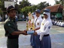 Kepala MA YPK Cijulang Drs. H. Mulyana, M.Pd.I menyerahkan Piala Kejuaraan