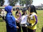 Penerimaan Piala dari Ketua Umum PMI Pusat